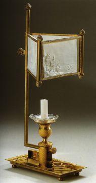 Лампа-миракль с экраном-литофанией с ножницами. Россия. 1830-е. Бронза, литье, накатка, золочение; бисквит, стекло.