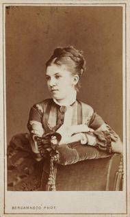 Савина М.Г. Санкт-Петербург. 1870-е. Фотоателье К.И. Бергамаско. Отпечаток на альбуминовой бумаге.