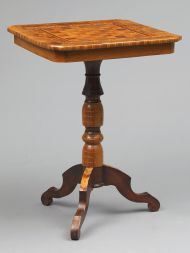 Стол шахматный. Западная Европа. Вторая половина XIX в. Орех, карагач, фанеровка, токарная работа. В наборе: клен, орех, яблоня.