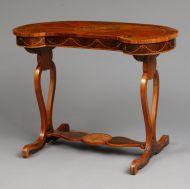 Столик-«бобик» Россия, 1770–1780-е. Дерево, фанеровка, орех. В наборе: палисандр, розовое дерево, клен мореный, карельская береза, гравировка.