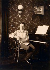 Неизвестный фотограф. Андрей Белый в гостиной арбатской квартиры. 1901–1902. Серебряно-желатиновый отпечаток