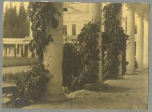 Еремин Ю.П. Галерея у главного дома в Средниково. 1920-1930-е гг.